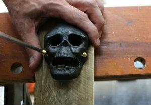 декоративными винтами зафиксируйте с внешней стороны и сверху деревянного основания открывалку