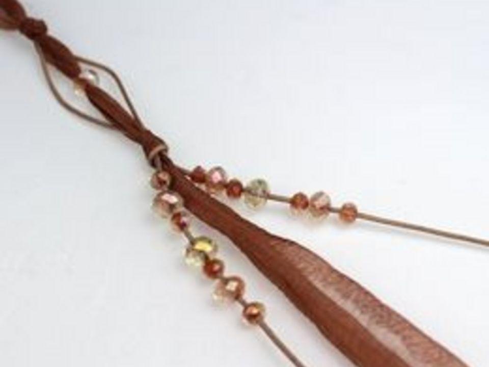 Нанижите бусины в 5 и 11 мм на каждый из шнуров