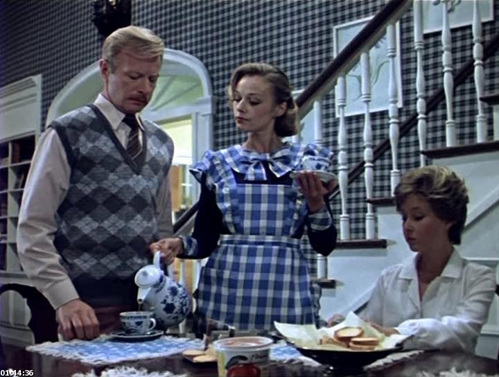 Мэри Поппинс, советский детский фильм, кадр из фильма: Мэри в фартуке наливает чай семья за столом