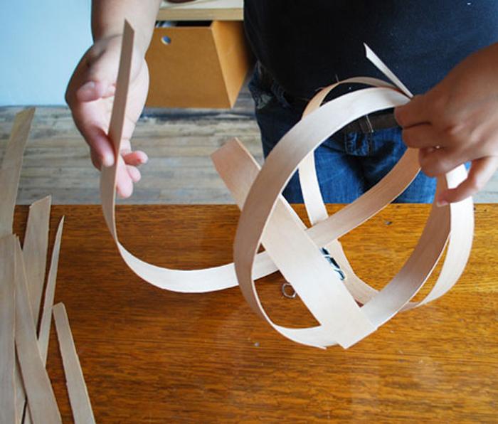 собирайте из кругов из полосок шпона основу плафона