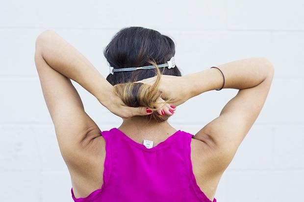 наденьте повязку сзади поверх на волосы, а не под них