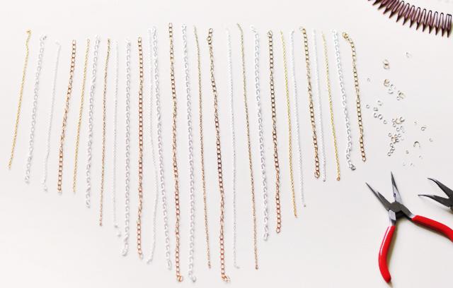 Плоскогубцами удалите у цепочек лишние звенья, образуя ровный клин из сегментов разной длины