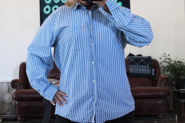 бесформенная мужская рубашка на женщине с крупными формами