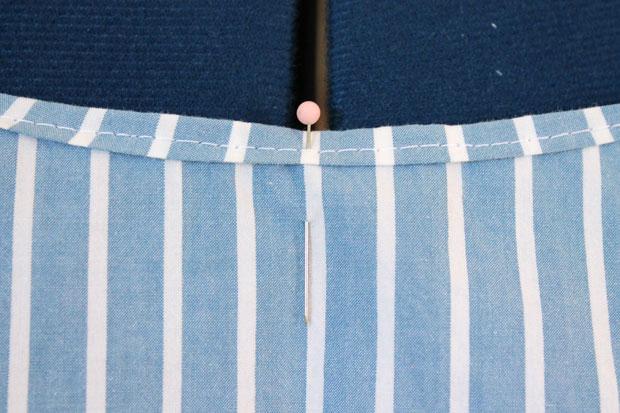 Булавкой отметьте центр посередине выреза спереди