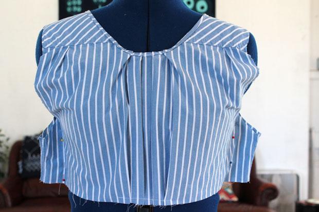 Сколите лишнюю ткань по бокам, чтобы будущая блуза села приталено, а боковые швы ушли на полагающееся им место
