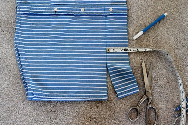 Отрежьте ровную полоску ткани шириной примерно в 7 см от нижней части рубашки