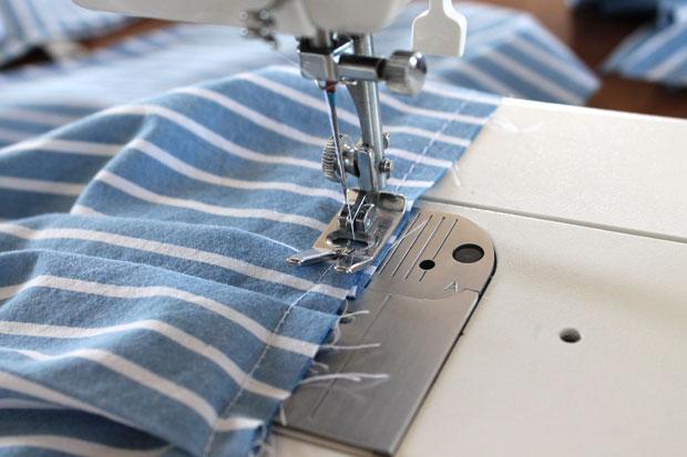прошейте весь нижний край блузы по кругу с отступом от края примерно в 1,3 см