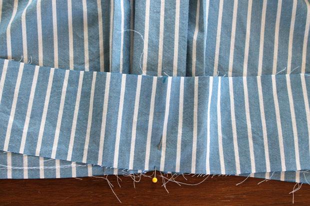 Совместите передние отметки на поясе и блузе и сколите обе части булавкой