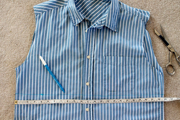 Отмерьте и отметьте на рубашке желаемую линию талии