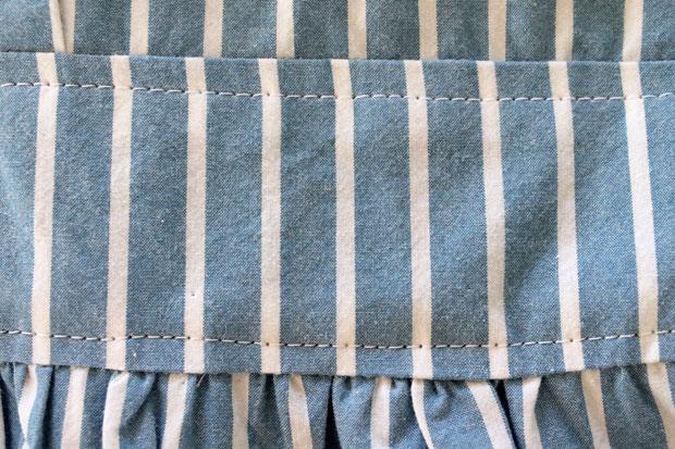 застрочите заглаженные припуски вторыми прямыми швами с отступом от первых примерно в 0,6 см