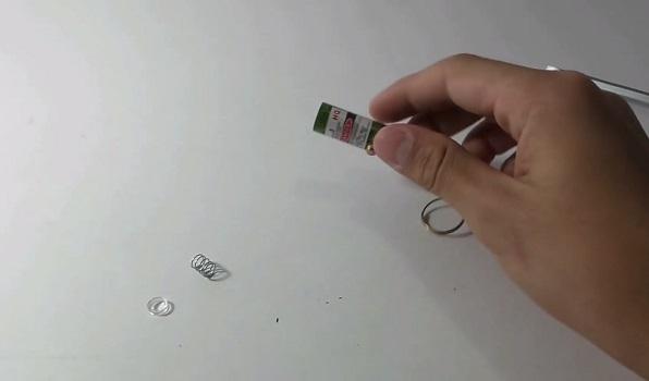 Вытряхиваем содержимое корпуса лазера: обычно это линза и пружина
