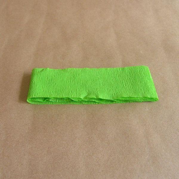 складываем креповую бумагу в несколько слоев для вырезания листьев