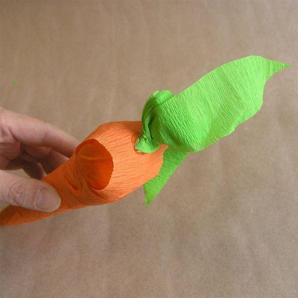приклеиваем ботву к морковке