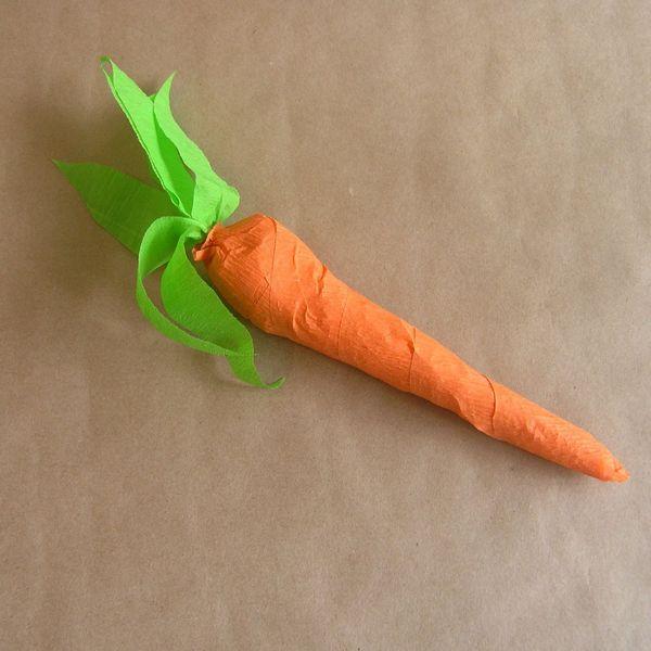 накручиваем последние слои из креповой бумаги на морковку