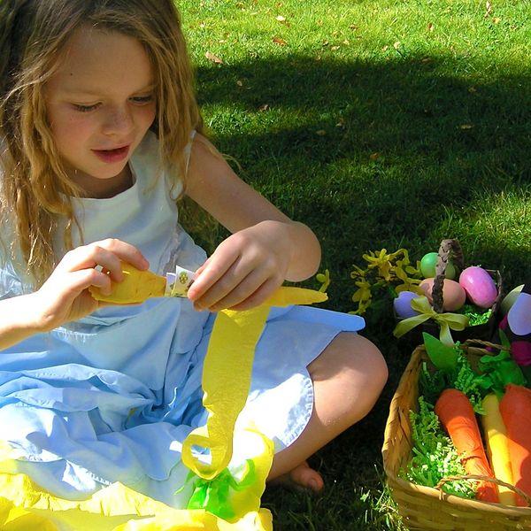 Ребенок разворачивает пасхальный подарок