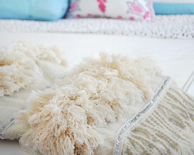 Затем либо просушите в электрической сушилке, как раз, чтобы бахрома стала вот такой объемной и пушистой, либо разложите мокрое одеяло на горизонтальной поверхности, руками периодически в процессе сушки теребя и распределяя в разные стороны бахрому