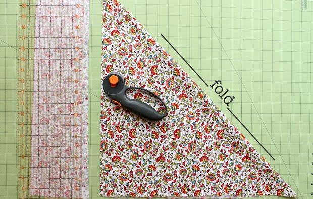 складываем ткань треугольниками, чтобы нарезать на ленты