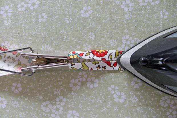 загнуть по 0,6-0,7 см по всей длине (справа и слева) оба необработанных края и загладить согнутые края утюгом