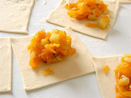 Далее следует порезать тесто на относительно большие квадраты, стороны которых должны быть примерно десять сантиметров