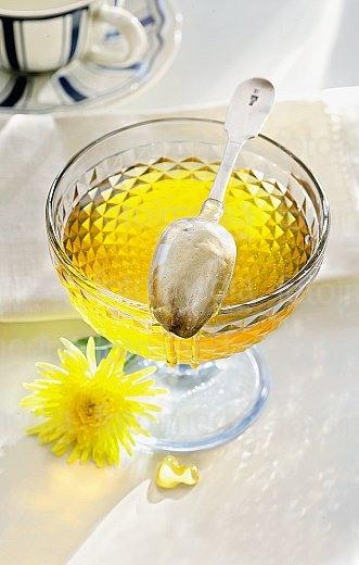 Сервируйте чай с медом по вкусу.