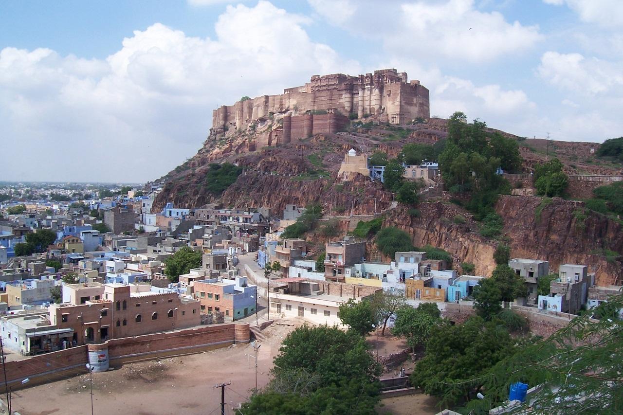 зубчатые стены с бойницами Форта Мехрангарха голубой город Джодхпур вид