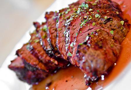 Некоторые рестораны известны тем, что сервируют только мясо и соусы