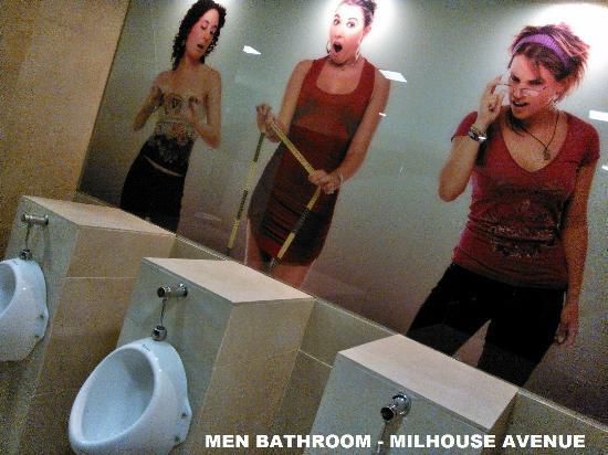 лучшие хостелы для вечеринок в мире на 2014: Milhouse Hostel, Буэнос-Айрес, Аргентина -  мужской туалет