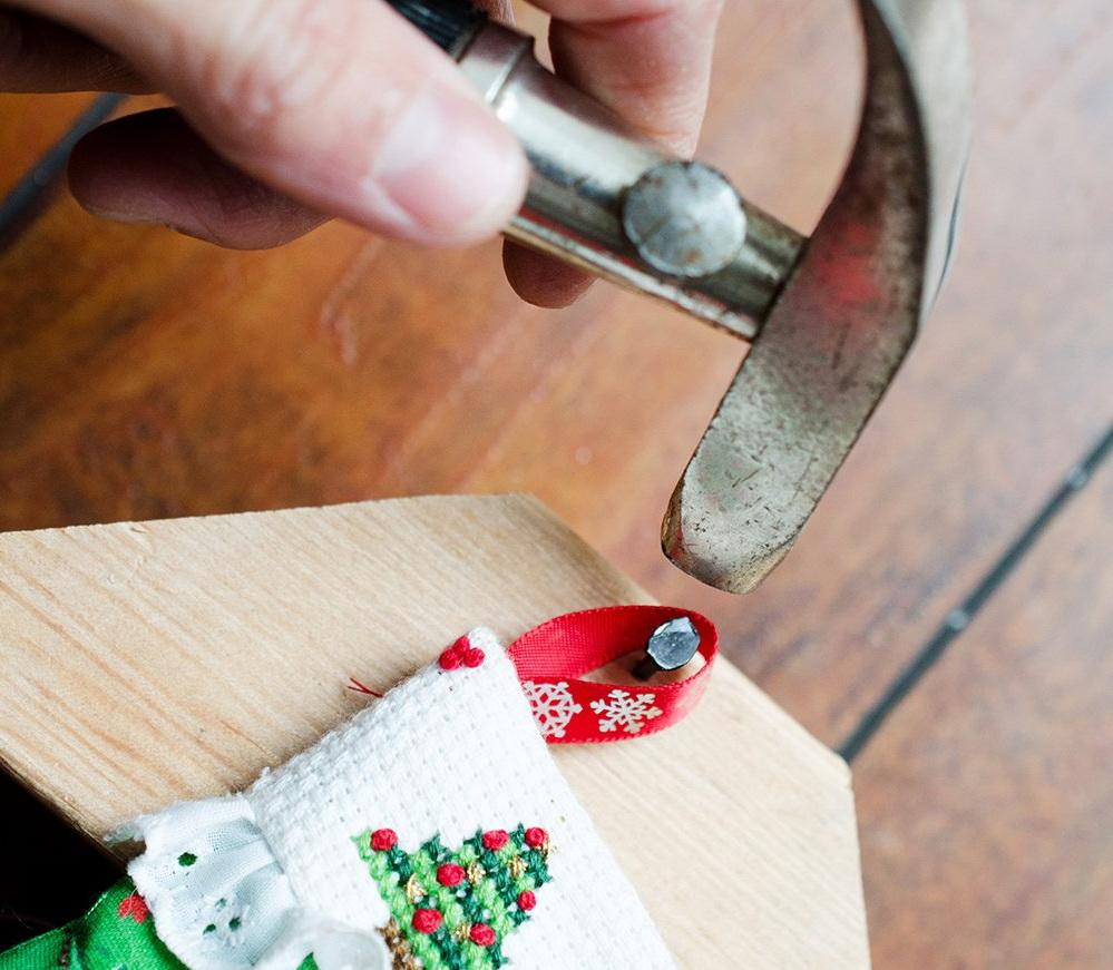 Как сделать адвент-календарь в виде елки и новогодних сапожков?