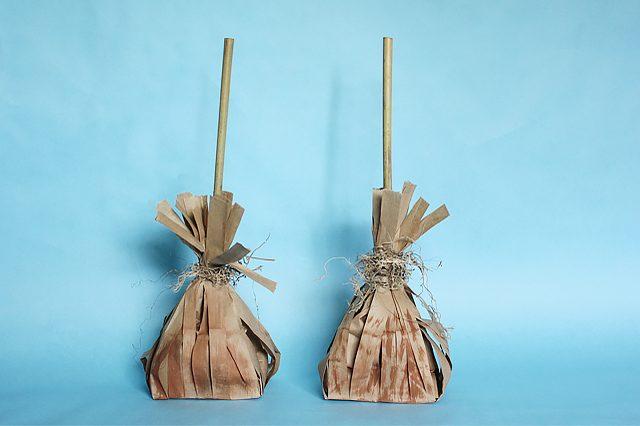 Как сделать тематический подарочный мешок в виде метлы с конфетами на Хэллоуин, вечер по Поттеру или русским традициям своими руками