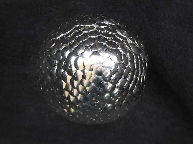 """""""драконье"""" яйцо из никелевых кнопок"""