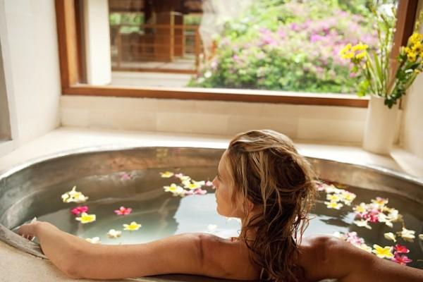 девушка принимает ванну и смотрит в окно