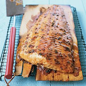 Обжаривайте лосось на гриле с вымоченной в вине кедровой доской.