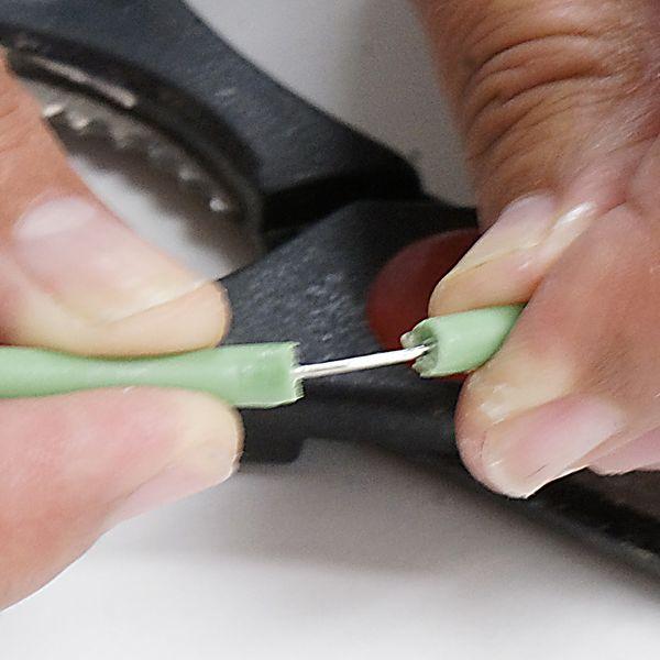 Беритесь за моток провода, срезайте с кончика оплетку примерно на 5 см