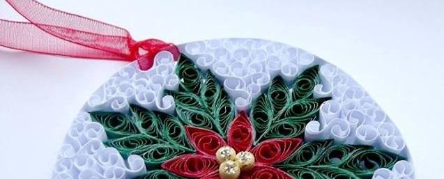 Для большей прочности можно собрать новогодние игрушки в технике квиллинг на жесткой основе (диски, оклеенный любой бумагой с принтами картон, фанера, дощечки и т. д.)