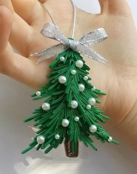 Как создавать елочные игрушки и новогодние подвески в технике квиллинг: плоские и объемные игрушки с дополнительными деталями из разных материалов, елочка с бусинами