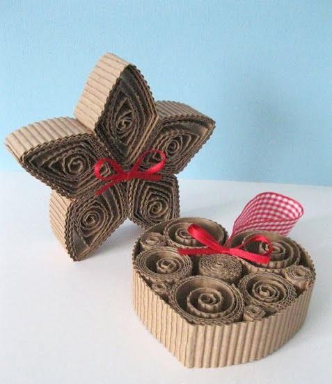 Здесь модели в технике квиллинг сами по себе выполненные из гофрированного или просто тонкого картона – и никакая дополнительная основа/рама им не нужна: звезда и сердце