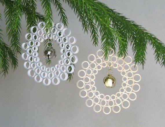 Как создавать елочные игрушки и новогодние подвески в технике квиллинг: плоские и объемные игрушки с дополнительными деталями из разных материалов, кружево с колокольчиками