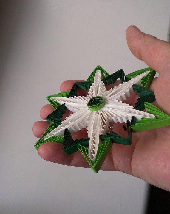Как создавать елочные игрушки и новогодние подвески в технике квиллинг: снежинка