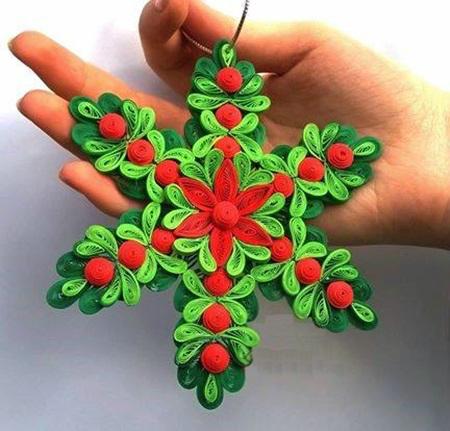Как создавать елочные игрушки и новогодние подвески в технике квиллинг: снежинка в виде рождественского венка, 2 уровня