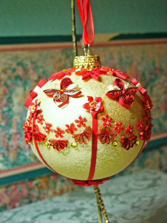 Как создавать елочные игрушки и новогодние подвески в технике квиллинг: плоские и объемные игрушки с дополнительными деталями из разных материалов, обемный шар с бумажными цветами