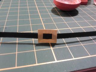 Делаем из бумаги или фетра пряжку и пояс для эльфа или Санты в технике квиллинг