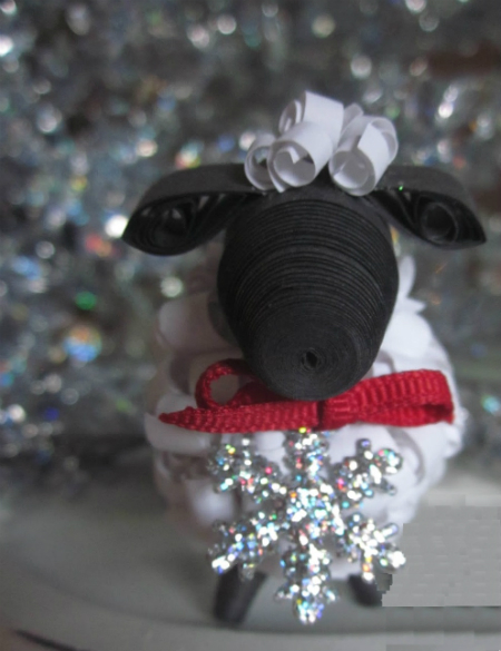Как создавать елочные игрушки и новогодние подвески в технике квиллинг: обемные фигуры из склеиваемых уровнями деталей, овечка