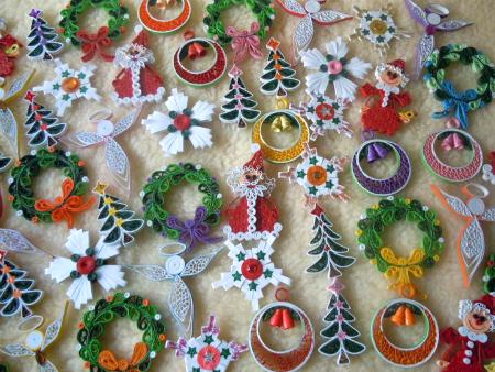 Третий вариант - плоские шары (и другие фигурки в технике квиллинг), выполненные в жестких рамках из дерева, шпона или тонкого картона в пару слоев