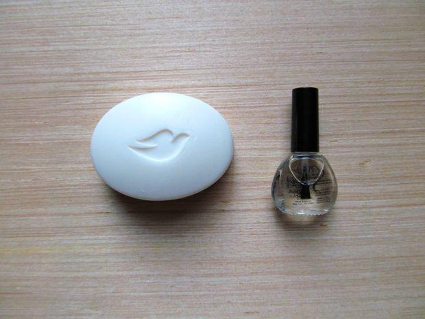 мыло и прозрачный лак для ногтей