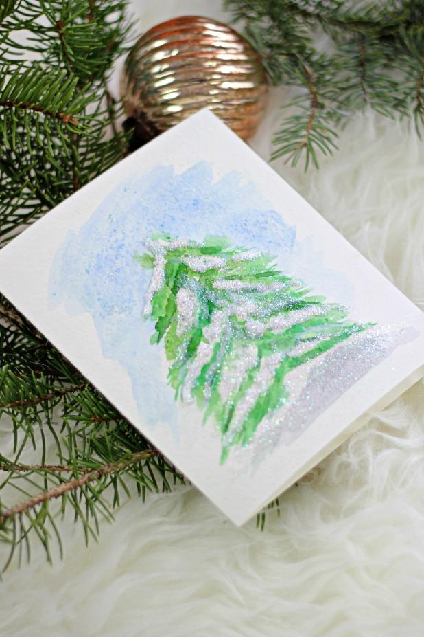 Как нарисовать заснеженную елку акварелью: также используем соль и восковые мелки
