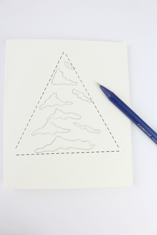 Работая внутри воображаемого треугольника, легонько прорисуйте карандашом ассиметричные формы с волнистыми краями, которые у нас будут представлять снег
