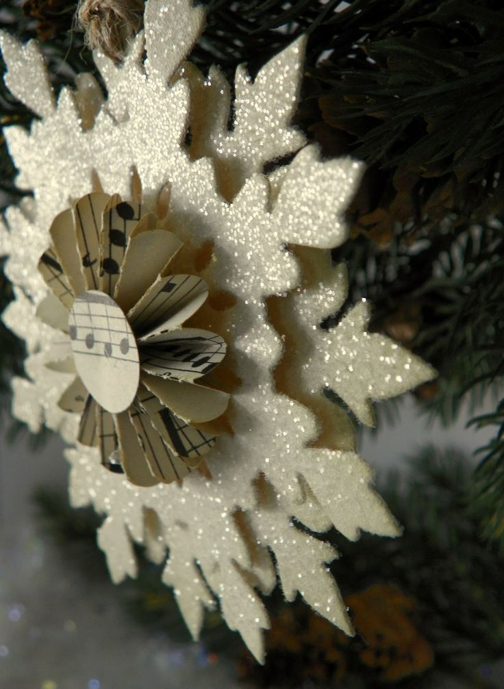 В создании третьей снежинки участвовали тонкие листы пеноматериала, окрашенные блестками (но он заменим на обычный картон)