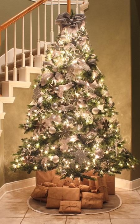 Новогодня елка а-ля натюрель (экостиль) в серебряных тонах