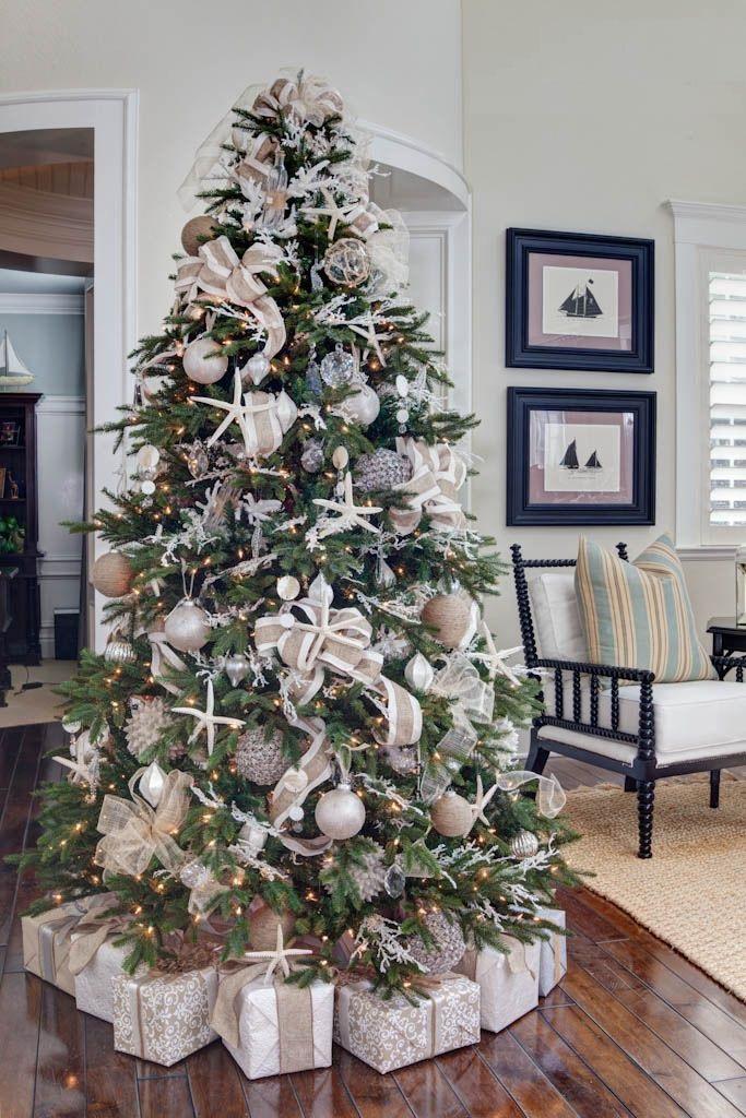 Новогодняя елка, украшенная кораллами, морскими звездами и прочим в морской тематике