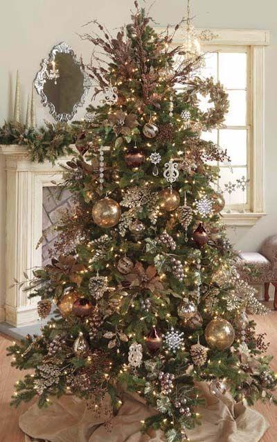Новогодняя елка а-ля натюрель вовсе не обязана оставаться в бежево-коричневых тонах, хотя такое направление тоже имеет место быть, точнее здесь оно основное